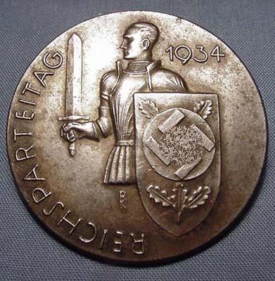该纪念章是实心圆形金属徽章,徽章正面是一个穿铠甲的武士,右手拿剑